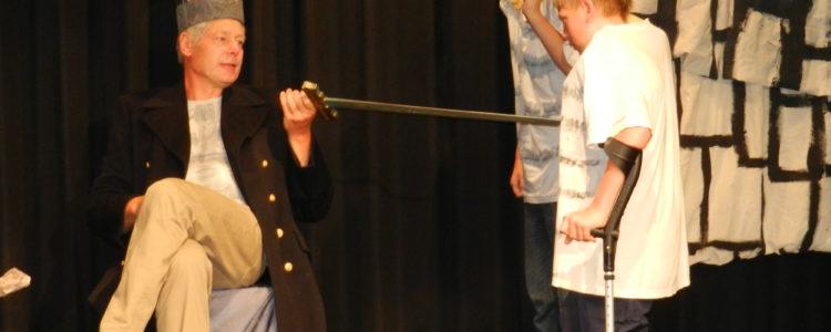 Theaterstück - Der Abteilungsleiter spielt den König
