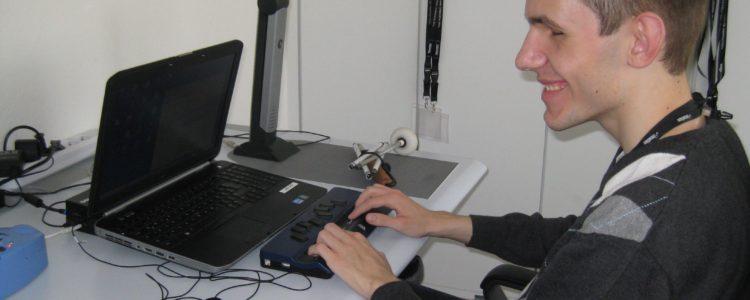 Patrick Plattek an seinem Bildschirmarbeitsplatz bei der Geuder AG