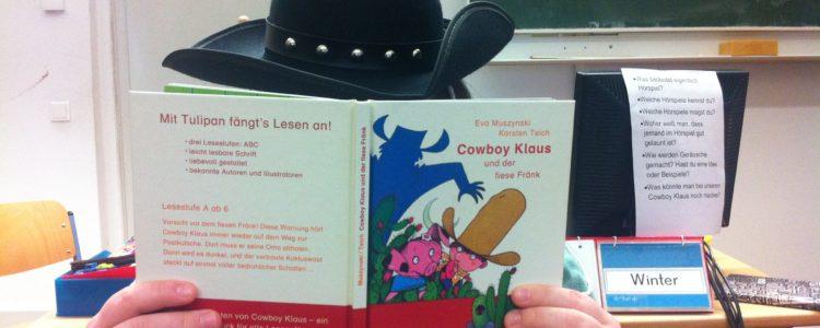 Schülerin mit Cowboyhut, die aus dem Buch -Cowboy Klaus und der fiese Fränk - vorliest